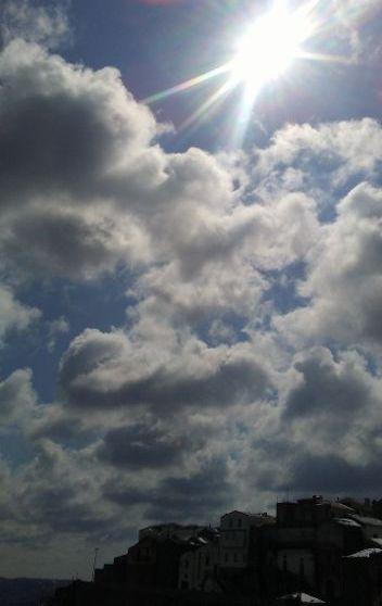 il sole tra le nuvole